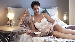 Very hot mature comprehensive Daryna is masturbating up ahead going back bed